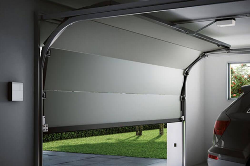 Porte de garage motorisé par Parthenay Menuiserie 17