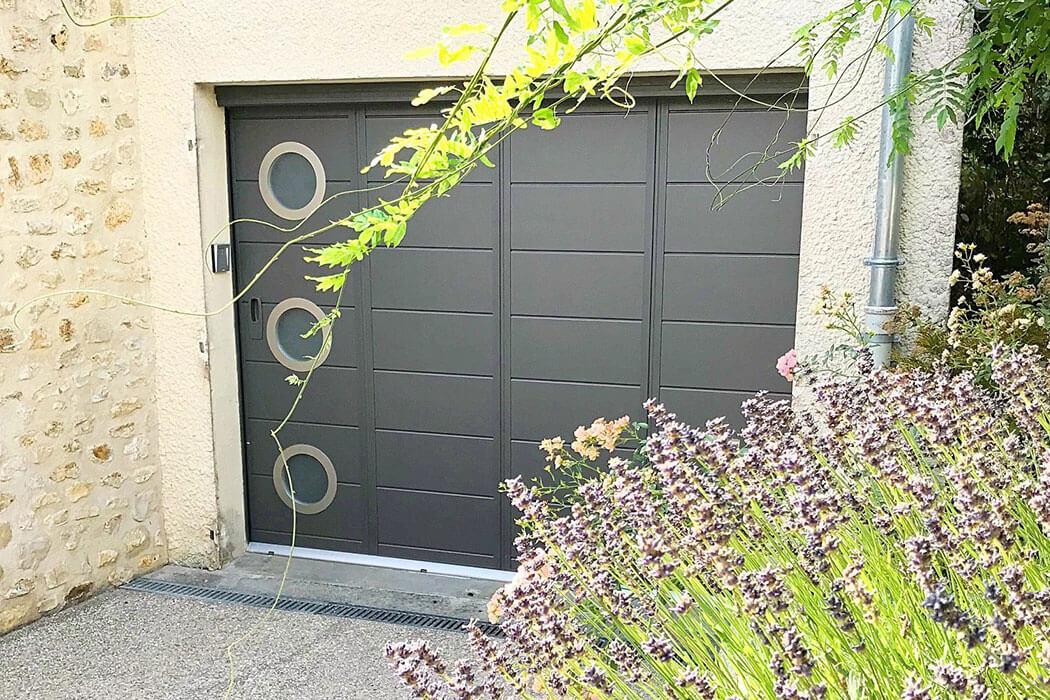 Porte de garage déplacement latéral de Parthenay Menuiserie 17